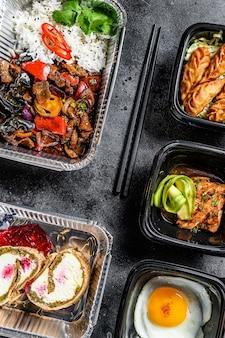 Loempia's, dumplings, gyoza en woknoedels in take away box. gezonde lunch. neem en ga biologisch voedsel.