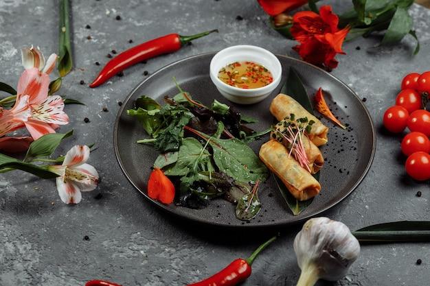 Loempia's met garnalen met chilisaus. aziatische keuken.