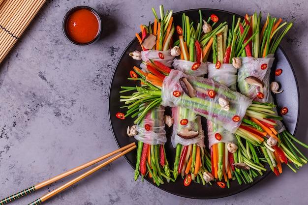 Loempia's met groenten en shiitake champignons op een bord