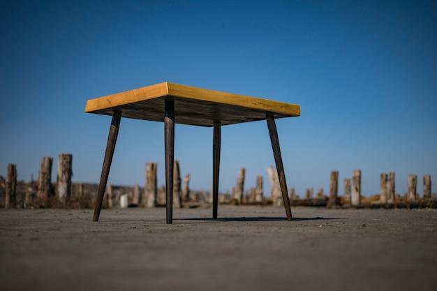 Loft tafel. koffietafel op het strand. loft meubilair