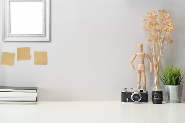 Loft-werkruimte met minimale benodigdheden en kopieerruimte