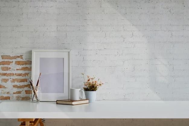 Loft werkruimte met mockup-poster frame en kopie ruimte.