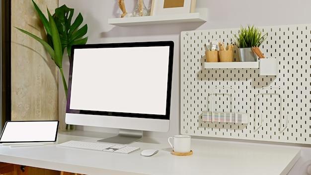 Loft werkruimte mockup desktopcomputer en minimale gadget.