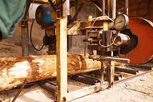 Log op houtbewerkingsmachine, niemand, zagerij