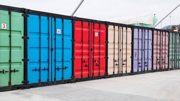 Logistiek centrum met kleurrijke opslagruimtes