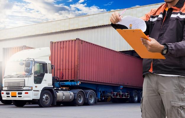 Logistiek en magazijn. magazijn-loader houdt een klembord vast