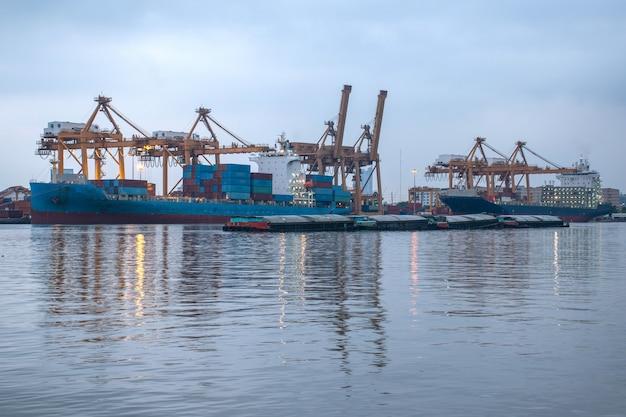 Logistiek en transport van containervrachtschepen en kraanbruggen