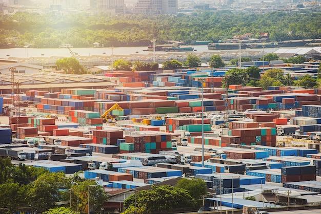 Logistiek en transport van containervrachtschip en vrachtvliegtuig met werkende kraanbrug in scheepswerf bij zonsopgang, logistieke import export en transportindustrie