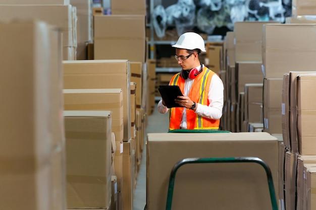 Logistiek magazijn voert een inventaris van producten uit