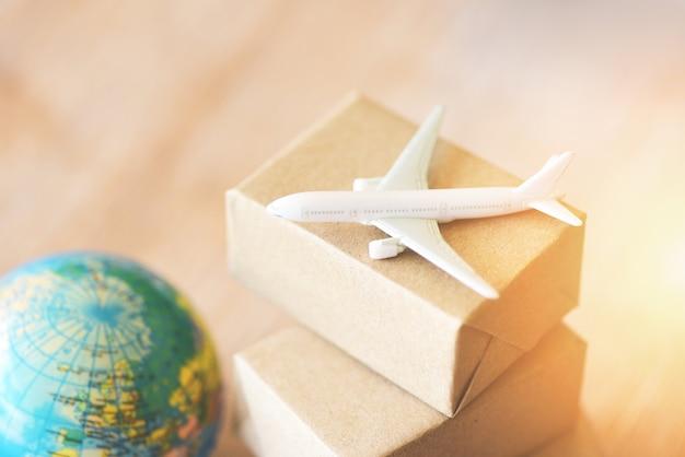 Logistiek transport import export verzending lucht koerier lading vliegtuig dozen verpakking
