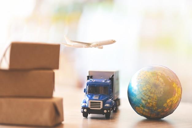 Logistiek transport import export verzendservice klanten bestellen dingen via internet internationale verzending online lucht koerier vrachtvliegtuig dozen verpakking vracht expediteur naar worldwid