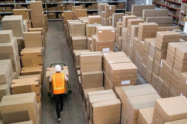 Logistieke werknemer die dozen levert