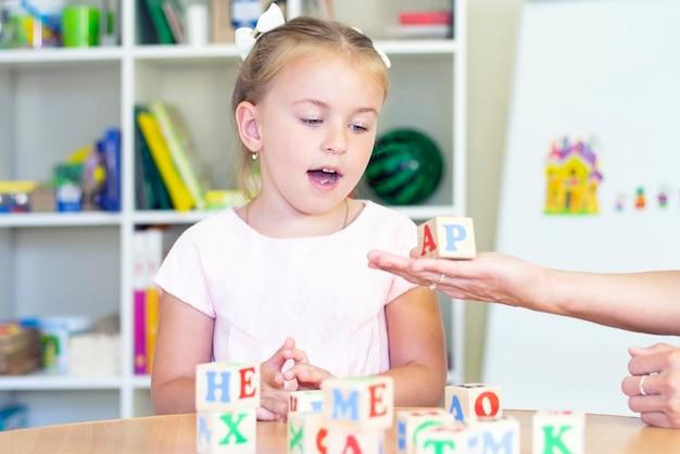 Logopedie-oefeningen en spelletjes met dobbelspel met letters