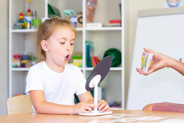 Logopedie-oefeningen en spelletjes met een spiegel en kaarten