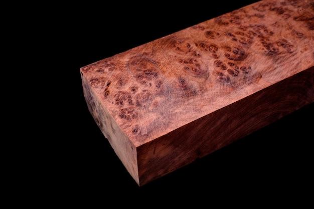 Logs birma padauk wortelhout gestreept exotisch houten mooi patroon voor ambachten op zwarte achtergrond
