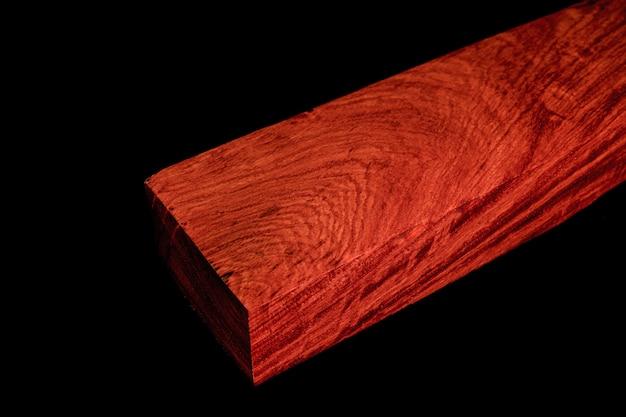 Logs van birma padauk hout mooi patroon voor ambachten op de zwarte achtergrond