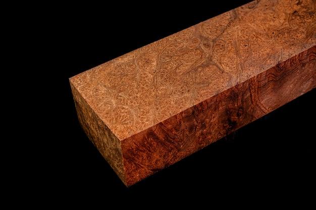 Logs van crape mirte burl hout mooi patroon voor ambachten op de zwarte achtergrond asian satinwood