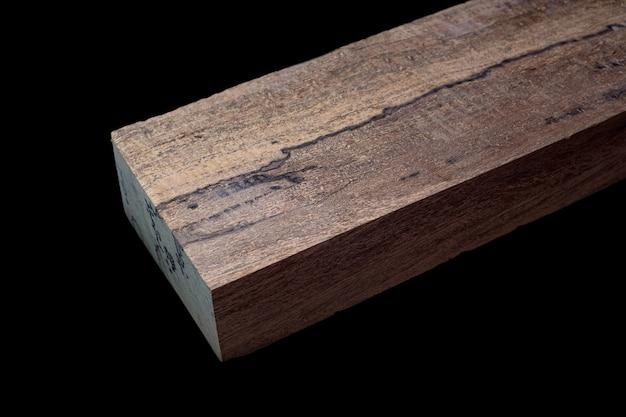 Logs van crape mirte hout mooi patroon voor ambachten op zwarte achtergrond asian satinwood