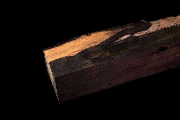 Logs van ebony exotisch bebost mooi patroon voor ambachten op zwarte achtergrond