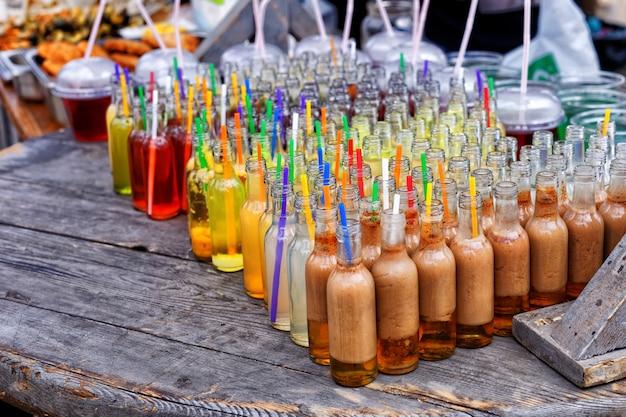 Lokaal voedselfestival. een verscheidenheid aan alcoholische cocktails en sappen