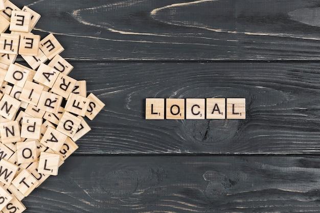 Lokaal woord op houten achtergrond