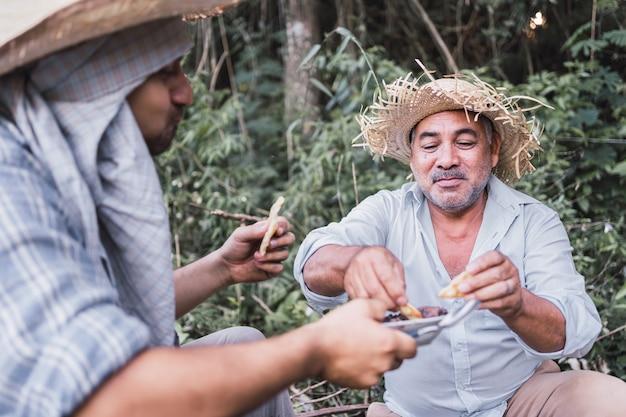 Lokale boeren eten hun lunch in hun rusttijd.