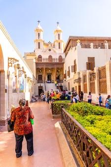 Lokale egyptische mensen in de hangende kerk of de mariakerk in de koptische wijk caïro