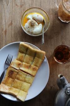 Lokale ochtend thais eten hete thee, zachtgekookte eieren en toast