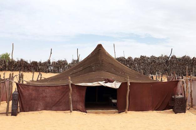 Lokale tent in afrikaanse woestijn