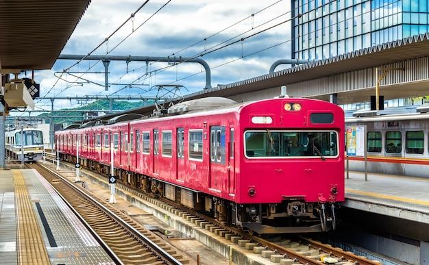 Lokale trein op station himeji, prefectuur hyogo in japan
