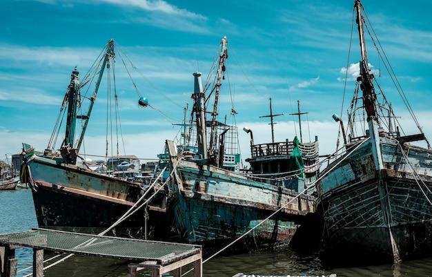 Lokale vissersboten dokken park in de zee