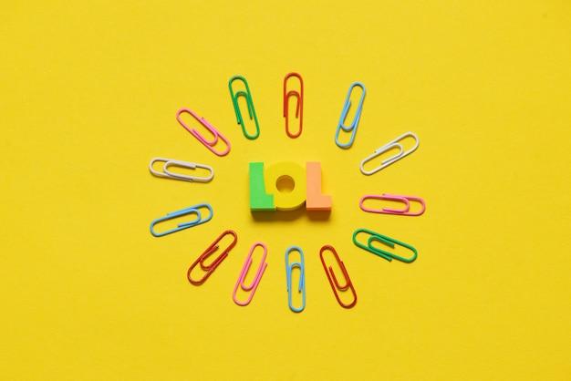 Lol letters op geel