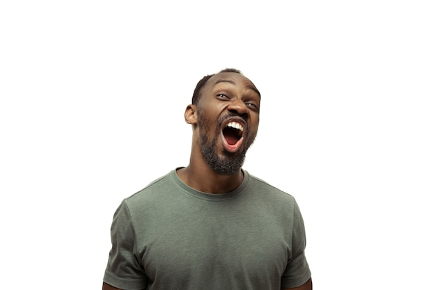 Lol lmao jonge afro-amerikaanse man met grappige ongewone populaire emoties en gebaren