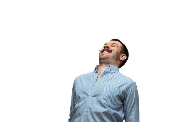 Lol, lmao. jonge man met grappige, ongebruikelijke populaire emoties en gebaren geïsoleerd op een witte studio achtergrond. menselijke emoties, gezichtsuitdrukking, verkoop, advertentieconcept. trendy look geïnspireerd op memes.