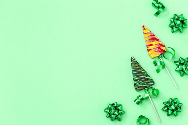Lollies in de vorm van een kerstboom en linten