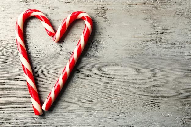 Lollipop snoepjes als hart op houten tafel