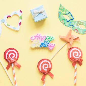 Lollipops in de buurt van feestartikelen