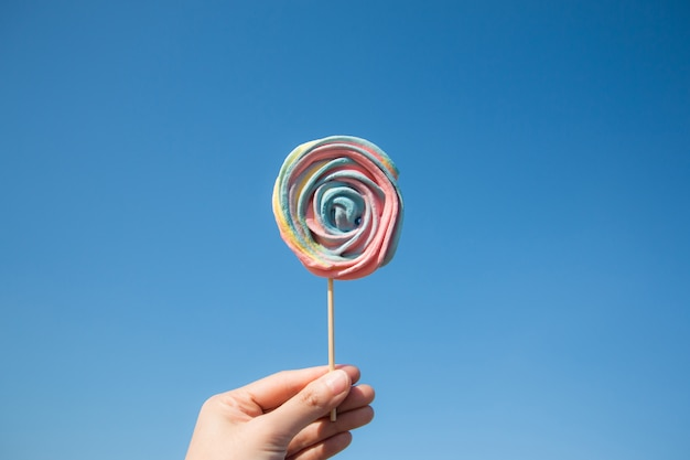 Lollyssuikergoed op blauwe hemelachtergrond. hipster voedsel zomer concept.
