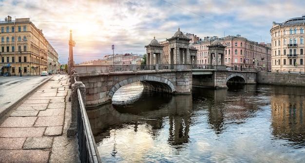 Lomonosov brug over de rivier de fontanka in st. petersburg op een zonnige zomerse ochtend