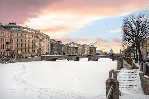 Lomonosovbrug van st. petersburg in een winteravond