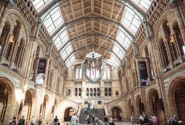 Londen - 4 sep 2019. mensen bezoeken het natural history museum in londen.