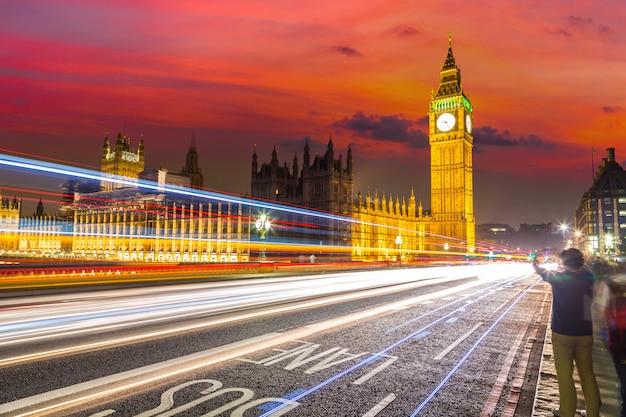 Londen big ben en verkeer op westminster bridge