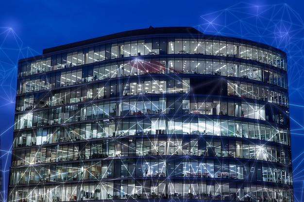 Londen en grootstedelijk kantoorgebouw eu europa voor netwerk en toekomstconcept