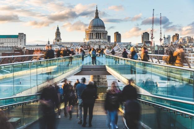 Londen en st paul cathedral met wazige mensen