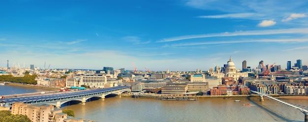 Londen, luchtfoto panorama van st. paul's kathedraal en millennium bridge