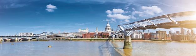 Londen, panorama van st. paul's cathedral en millennium bridge