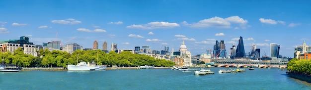 Londen, panoramisch uitzicht over de rivier de theems met de skyline van londen op een heldere dag in het voorjaar.