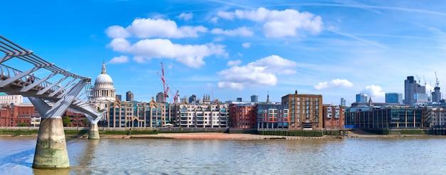 Londen, panoramisch uitzicht over de rivier de theems met millennium bridge en st. paul's cathedral