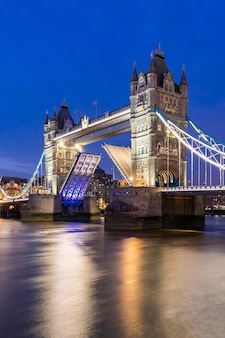 Londen tower bridge opheffen