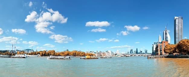 Londen, uitzicht over de rivier de theems op de kathedraal van st. paul en de blackfriars-brug
